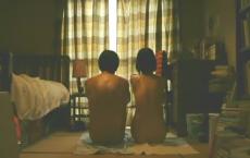アパートの部屋で裸になっている二人
