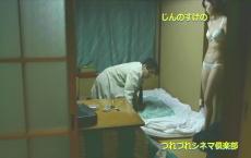 いきづりの男の前で可愛い白い下着姿で立っている恵美子
