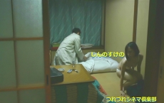 布団を敷く男を下着姿で横目で見る恵美子