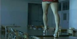 机の上を歩くミニスカ娘