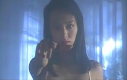 姉を消すポーズをする純子