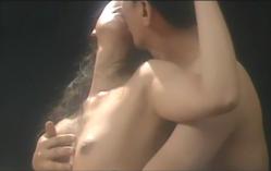 涼子の乳房を揉み