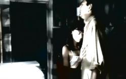 男に体に触れる少女