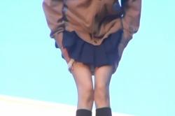 相羽の見ている前でスカートからパンツを下ろす胡桃