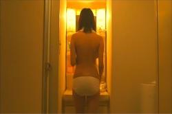 洗面所の鏡の前に立ち