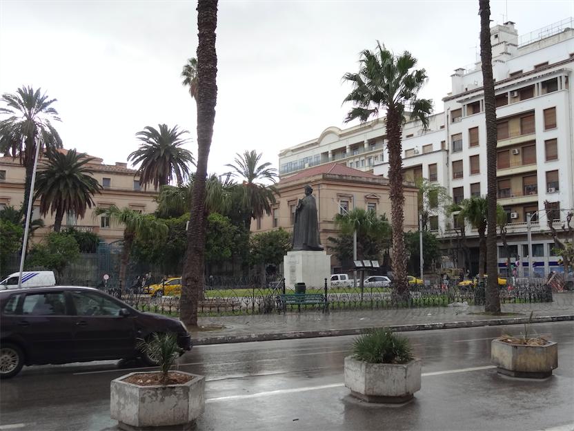 イブン・ハルドゥーン像とフランス大使館