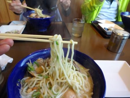 044スープは濃厚とんこつ塩、麺は太麺です
