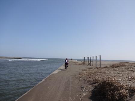 047堤防の突端まで行く二人