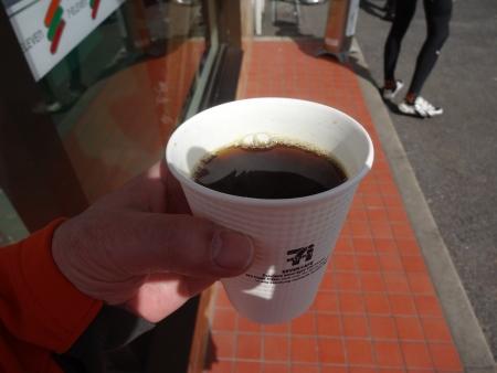 053腹いっぱいにつきホットコーヒー、季節感なし
