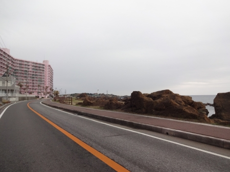 044海岸線を通り、ピンクの建物多いのは何故?