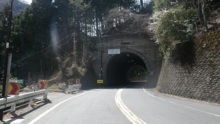 032こんな短いトンネルや、長いトンネルをいくつか抜けます