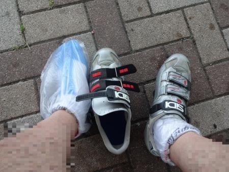 011靴下の上からビニール袋を履きます