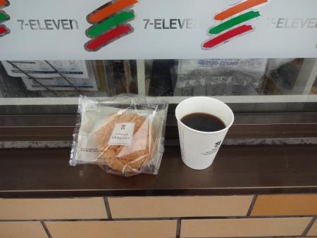 016とろりんシューとホットコーヒー