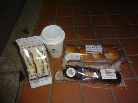 063カツサンドと菓子パンを補給、つぶあんパン4個入りは走りながら