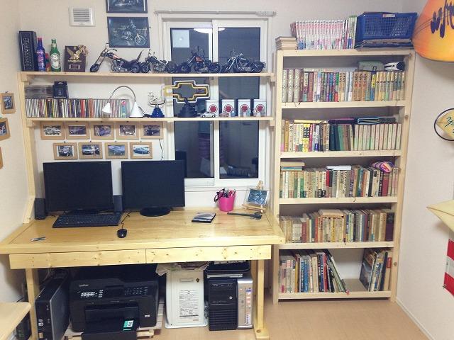 机、本棚ー全景