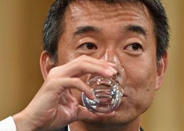 反対多数が確実となり行われた記者会見で、水を飲む大阪維新の会の橋下徹代表=大阪市北区で2015年5月17日午後11時52分、川平愛撮影