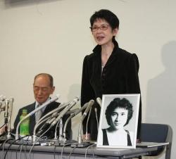 堀内弁護士(左)と登壇しあいさつするまゆ美夫人