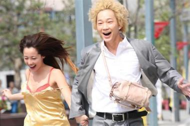 『新宿スワン』 修羅場を逃げ出したアゲハ(沢尻エリカ)と龍彦。沢尻エリカは下着姿で走り回っている。