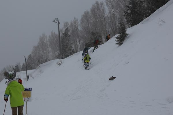 スキー場トップからは富士見台へのスノーシュー組が。
