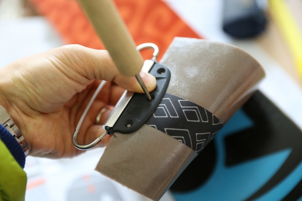 金具を中央に合わせてネジ穴に穴をあける。