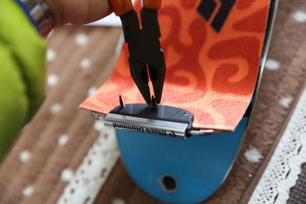 反対側に出っ張ったネジをペンチでへし折る