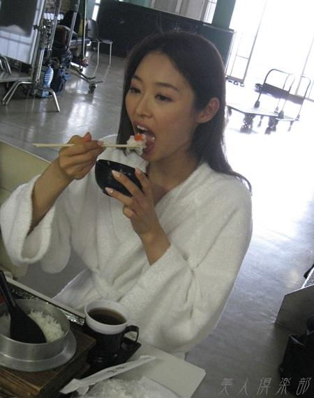 夏目彩春(なつめいろは)美脚美女の画像140枚のbb038番
