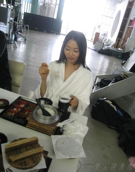 夏目彩春(なつめいろは)美脚美女の画像140枚のbb041番