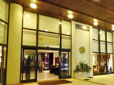 ラマダプラザ・ホテルの入口