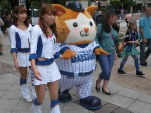 6月8日。横浜公園入口あたりを歩きます。