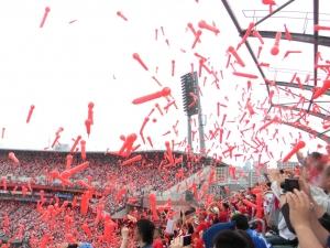 真っ赤なスタジアム。