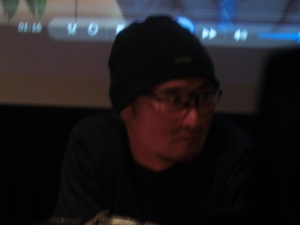真剣に聴き入っていた坪井コーチ。