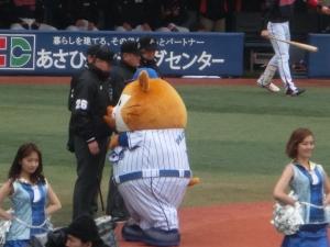 飯塚塁審のおなかをぽんぽん(^^)