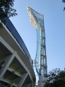 照明塔も開幕を待ちます。