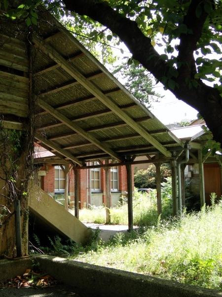 玄関ポーチというか、渡り廊下とを繋ぐ大きな屋根。