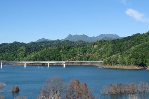 立派な橋と
