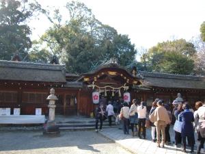平野神社に並ぶ人々