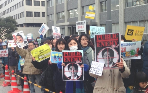 官邸前デモを利用し宣伝するISIL関係者の画像