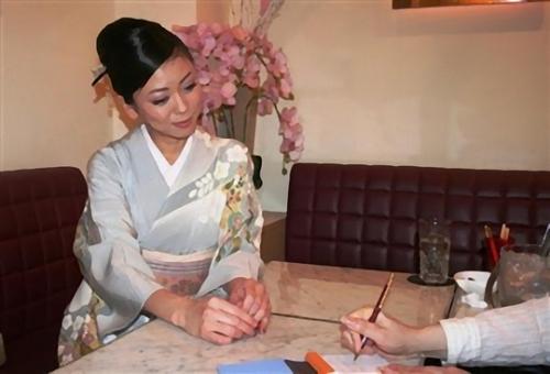 政界進出へ意欲をみせた筆談ホステスの斉藤りえの画像