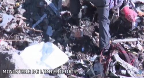 ドイツ機墜落に関する遺体回収作業の画像