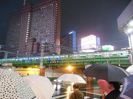 雨の新宿大ガード
