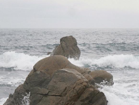 岩に掛かる波3