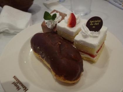 エクレアとケーキ