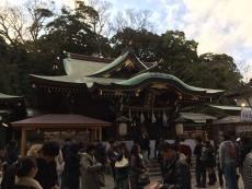 なんとか松の内に初詣を済ませようと江ノ島まで来たけど、思いの他人が多い。学校が始まる前に来た学生たち、というわけでもなさそうだし、みんな考えることは一緒?