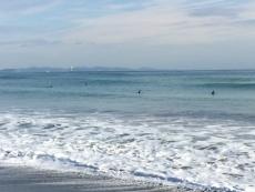 黒い物体がプカプカ浮かんでるの、何だろう?と見たら、人(サーファー)。 #海 #海photo