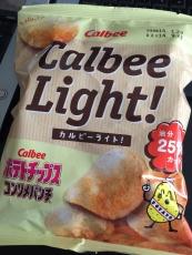 カルビーライトコンソメパンチっての買ってみた。ライトっつーからてっきり薄味なのを想像してたけど、別に薄くはない。パッケージよく見たら油分25%カットだって。どうりで油っこくなくて食べやすい。普通のヤツよ