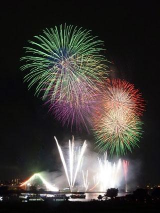 大きな花火大会の先陣は「足立の花火」