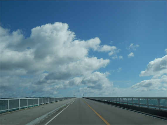古宇利大橋を渡る
