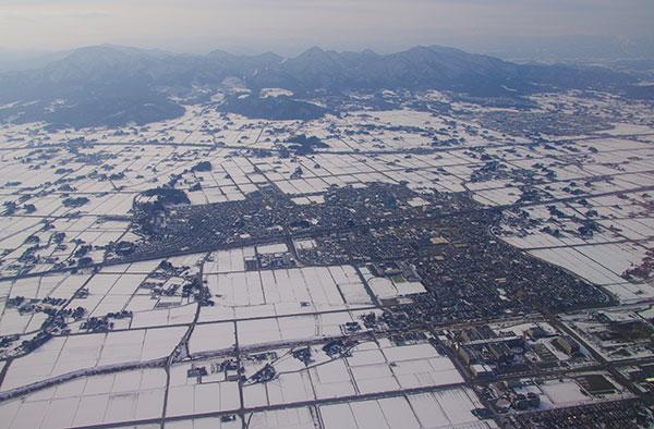 志和三山と雪の田園