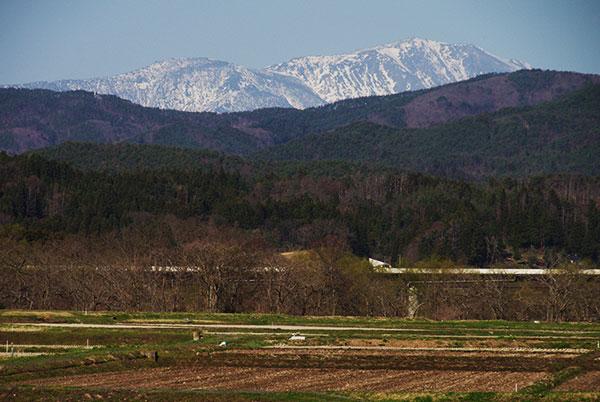 東和町から雪解けの進む早池峰