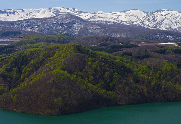 奥州湖展望台から焼石連峰